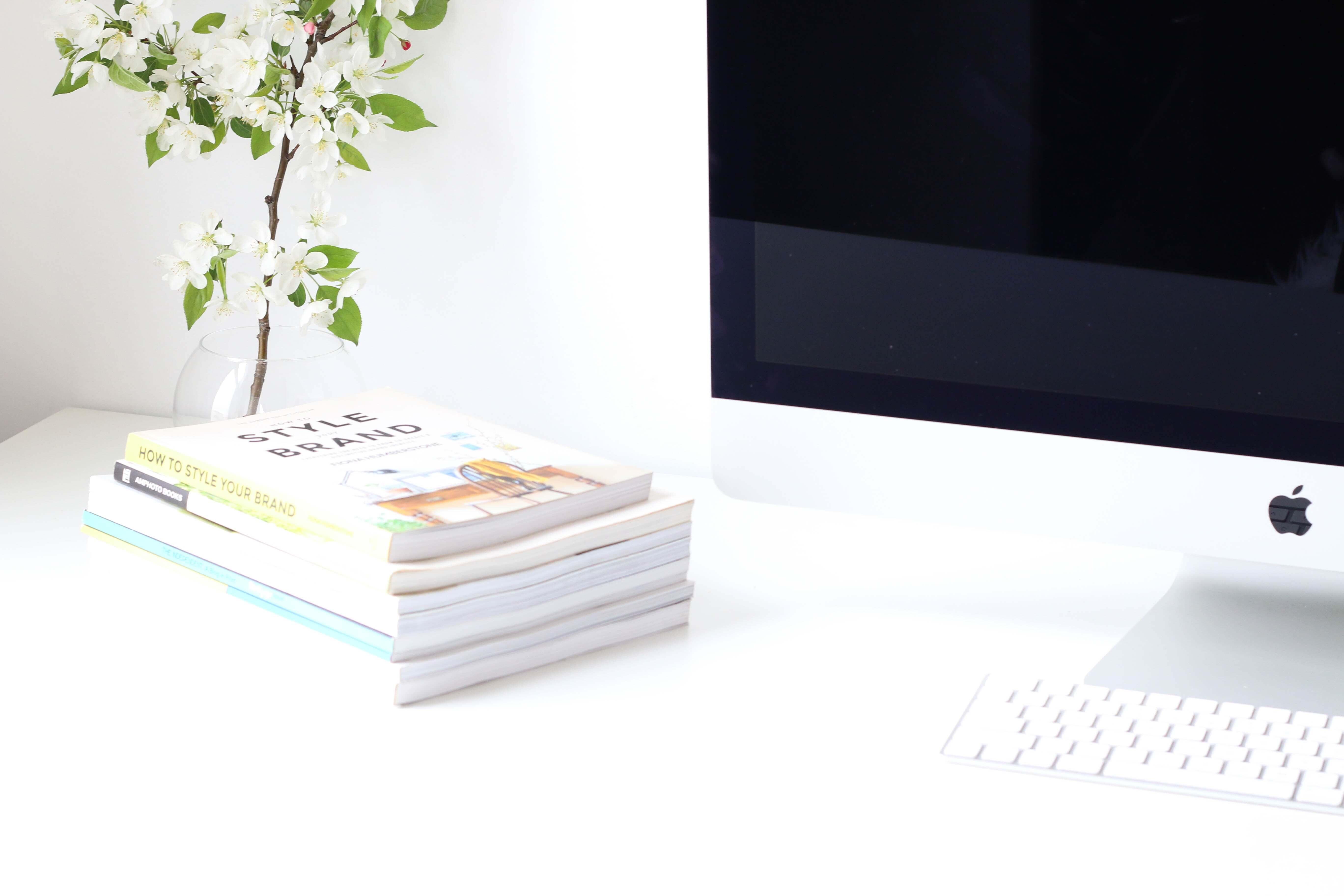 电脑,办公桌,植物,书本