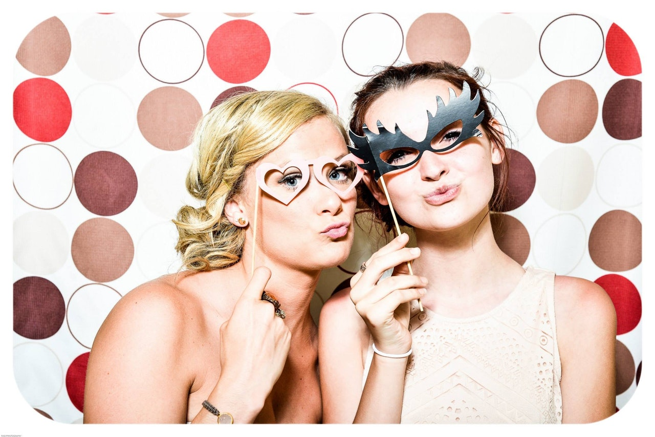 photo-booth-wedding-party-girls-160420